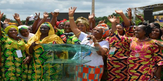 Irié Lou Colette et les femmes du vivriers visiblement heureuses rendant grâce à Dieu...